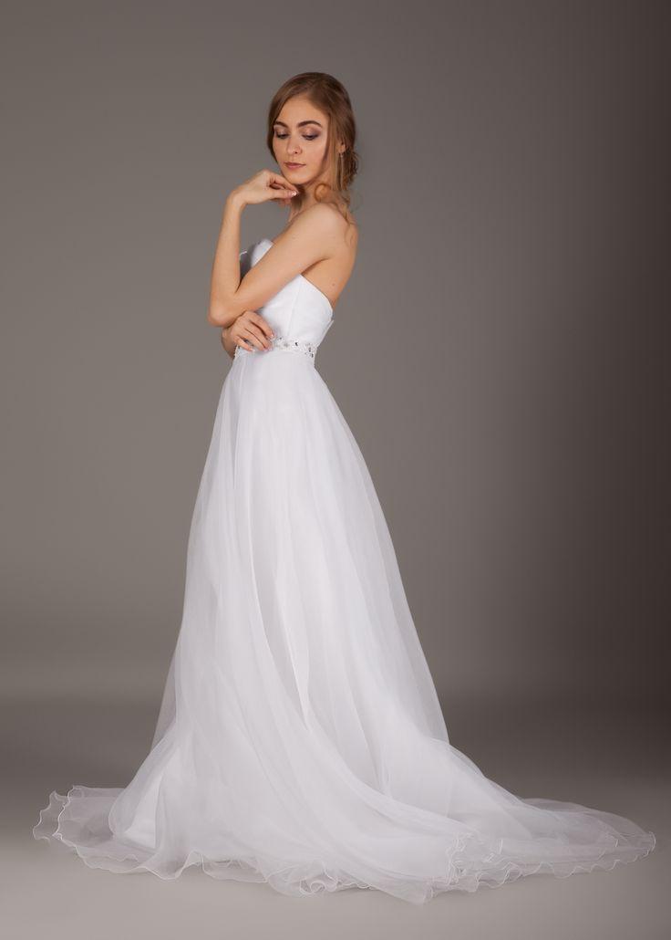 Платье из легкой струящейся ткани, с открытыми плечами и поясом