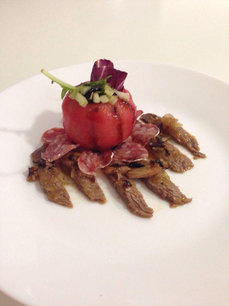 Roast Beef con salsa de cebolla y compota de manzana con reducción al Pedro Ximénez y ensalada de flor de tomate con pétalos de espeteq