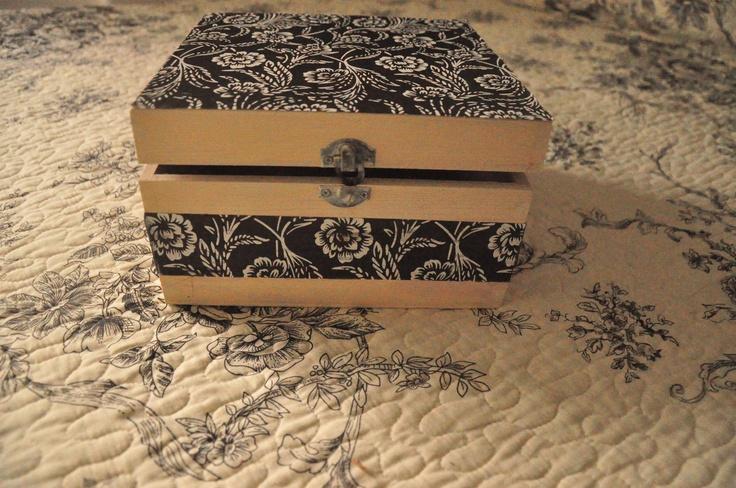 Decoupage com tecido numa caixa de madeira.