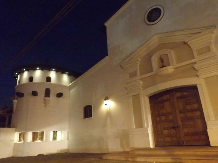 Vista nocturna iglesia de Santa Cruz, Chile.