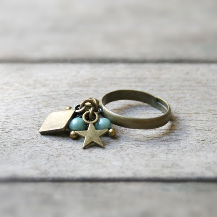 Bague pampilles, pendeloques et perles de verre couleur menthe ⭐︎ Bague fantaisie breloques et perles : Bague par joaty
