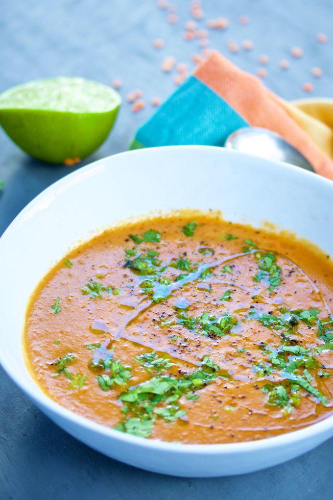Sopa de zanahoria, tomate y lentejas rojas con leche de coco. Es super rica, fácil, vegana y que mejor forma de comer sano, todo en un tazón de sopa!