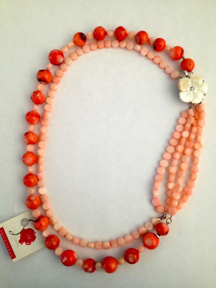 Sofia Prono - collar doble de coral rosado con broche de flor de nacar.