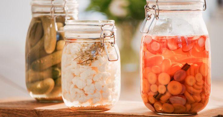 Opgelegde groenten in het zuur: wortel augurken radijzen en bloemkool