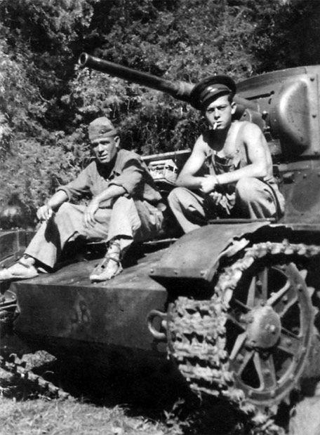 Anibal Gonzalez junto a un camarada ruso sentado en su carro. Este hombre atropello y mató a la periodista fotografa Gerda Taro durante la retirada de la batalla de Brunete. En julio de 1937.