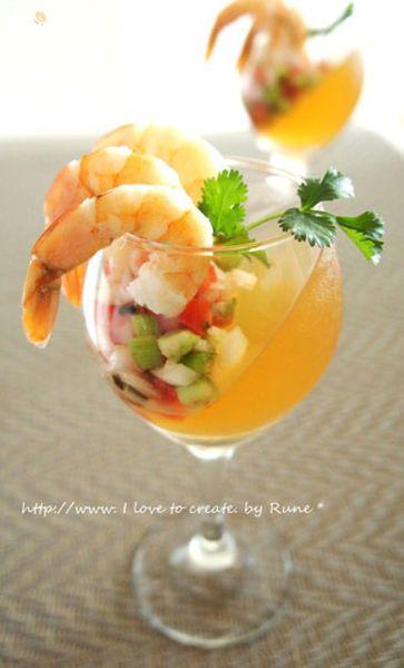 今度はワイングラスで斜めに和風出汁で固めてみました。一見、洋風ですが和風の前菜です。お客様のおもてなしの前菜に如何でしょうか?