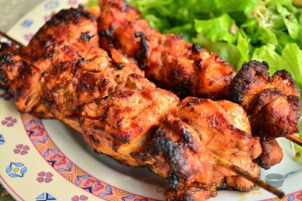 De cele mai multe ori oamenii alterneaza la frigarui diferite tipuri de carne si legume. Nu neg ca exista avantaje in aceasta abordare, dar acum va provoc sa incercati niste frigarui care contin doar pui in marinata de rosii cu usturoi.Carnea lasata la macerat cel putin cateva ore se face foarte frageda si aromata pe gratar. Alaturi de o salata usoara de vara aceste frigarui de pui sunt un deliciu.   http://www.retetedecolectie.ro/2014/06/frigarui-de-pui-in-marinata-de-rosii.html