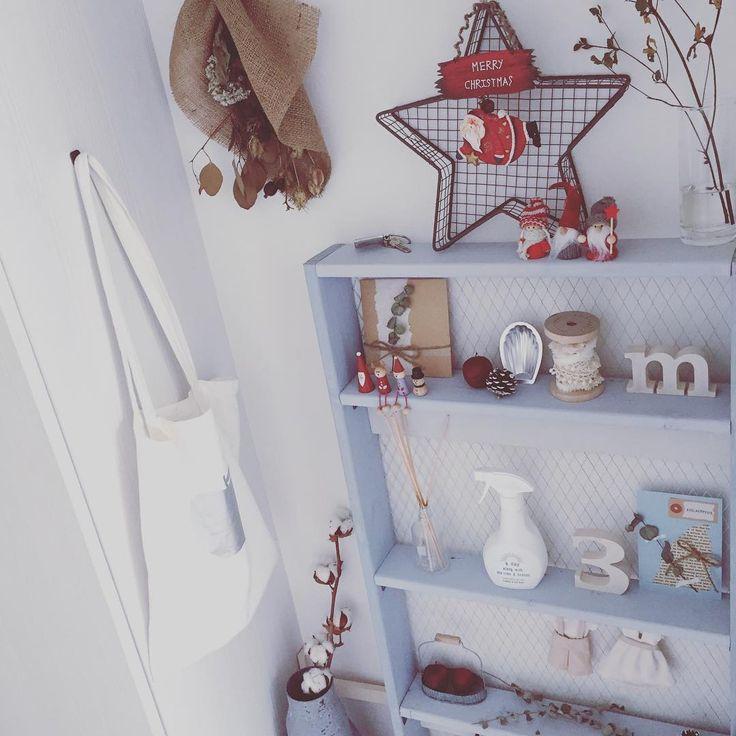 玄関をクリスマス仕様に🎅🎄✨ ・ 気づけば11月も末…やることがたくさん😱😱😱 ・ 年末、帰省するまでに大掃除やら何やらでバタバタ‼️美容院も行きたいし、歯医者にも行っておきたい😭😭😭 ・ 今日はとりあえず、来年の年賀状の裏面をどーするか考えたいと思います😂酉年か‐…🐓🐓 ・ #クリスマス#サンタさん#姫りんご#クリスマスツリー #シェルフ#玄関#seria#セリア#DIY#カフェ#カフェ風#手作り#アルファベット#プチプラ#100円#ナチュラル#シンプル#塩系#ナチュラルインテリア#ナチュラルキッチン#手作りシェルフ#キッチンキッチン#100均#100均リメイク#収納#整理整頓#片付け