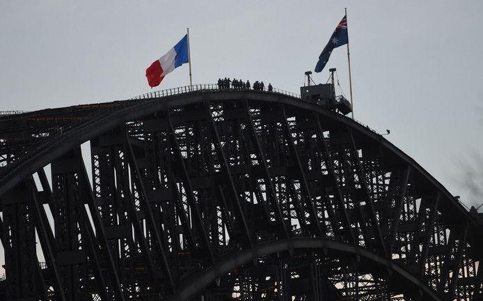 Op de Sydney Harbour brug in Sydney hangen de Australische en Franse vlag naast elkaar, uit solidariteit voor de slachtoffers in Nice.