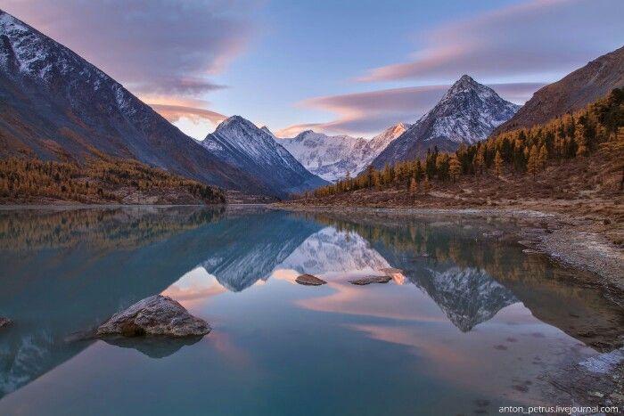 Алтай, рассвет на озере Аккем. По центру - гора Белуха, высшая точка Алтая. Photo by Антон Петрусь