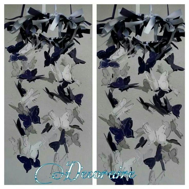 Móvil decorativo de mariposas en violeta y blanco.