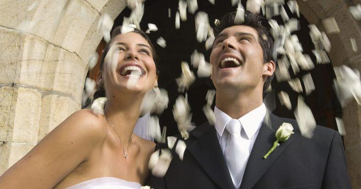 El costo de una boda en Disneyland. Desde niñas, la mayoría de las mujeres sueña con su boda de cuento de hadas, que sólo puede realizarse en el encantador complejo turístico de Disneyland. Allí, las planificadores actúan como hadas madrinas y le conceden a la novia cada deseo. Las novias pueden elegir uno de varios lugares para la ceremonia y la recepción, así como otros detalles. ...