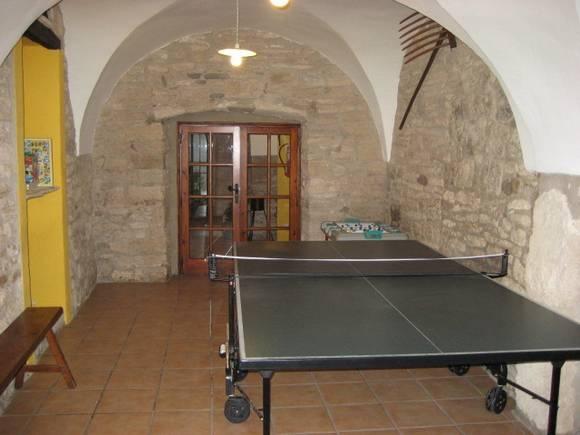 GIRONA, MATA. Casa rural Can Xargay. Sala wellness, sala de juegos y una gran entrada.Capacidad para 10/20 personas, dispone de #ocho_dormitorios, 6 baños completos, cocina, sala de estar, sala de lectura.En el exterior hay jardín con #columpios, porche con #barbacoa, mesa para comidas al aire libre y una moderna #piscina privada con un #banco_hidromasaje. A 15 Km. del Parque Natural de la #Garrotxa y a 35 min de las #playas_Costa_Brava. #casa_rural_juegos #casa_rural_con_billar
