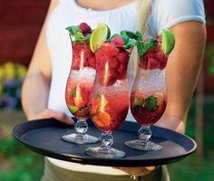 Sagolikt god sommardrink med vuxensmak. Förföriska inslag av hallon, lime och basilika mixade med Bacardi Razz. Enkel att göra och fantastisk att servera en varm sommardag!