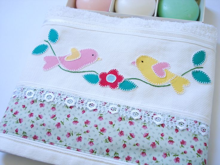Toalha de rosto branca  - 100% algodão  - bordada à mão em patch apliquê com tecido de algodão  - barrado de tecido estampado  - acabamento com guipir