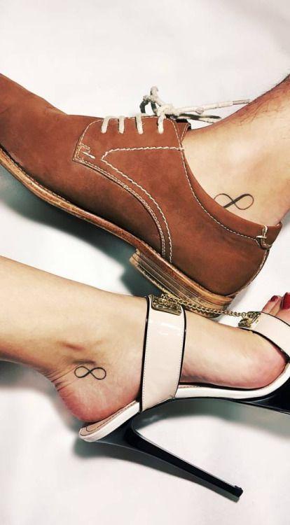 Tatuajes coincidentes del símbolo infinito situados en los...