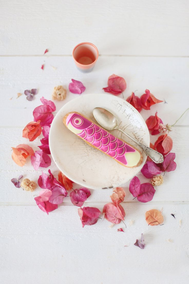 Eclair week - Fauchon - Eclair Koïnobori - L'éclair Koïnobori a été créé pour la fête des enfants, célébrée le 5 mai de chaque année et où les japonais font flotter au vent des poissons de tissus multicolores. Il se pare d'une crème légère vanille et fraise pour la version rose et de myrtille pour la version bleue, le tout rehaussé d'une coque en chocolat blanc.
