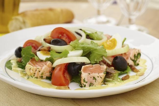 Nicoise-salat med lettstekt laks