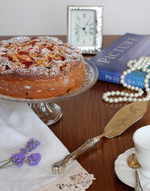 formine e mattarello: Torta di fragole rabarbaro e yogurt