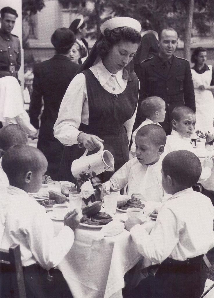 desayuno para celebrar la primera comunión de niños del Auxilio Social.30-5-1941.(Hermes Pato)
