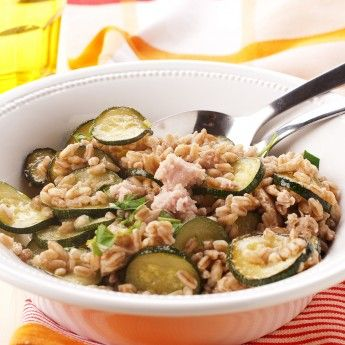 La ricetta per il farro con zucchine e tonno, buona anche fredda e per un pranzo take-away. Puoi aggiungerci anche altre verdure, se lo gradisci.