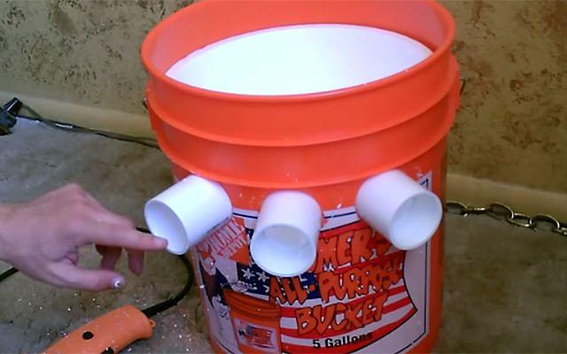 Nincs pénzed légkondira? Fúrj három lyukat egy vödörre, pár forintból meg is oldottad a problémát! – VIDEÓ
