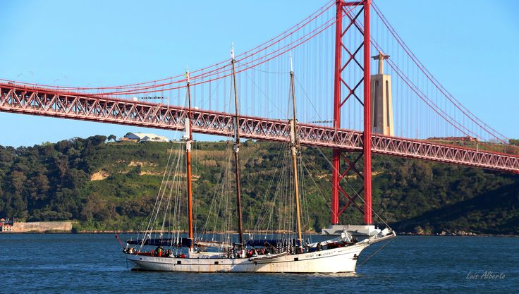 https://flic.kr/p/GmphJP | Lisboa - Ponte 25 de Abril_4450 | Lisbon - April 25 Bridge at the mouth of the Tagus River, connecting the cities of Lisbon and Almada. ------------------------------------- pt.wikipedia.org/wiki/Ponte_25_de_Abril  en.wikipedia.org/wiki/25_de_Abril_Bridge  es.wikipedia.org/wiki/Puente_25_de_Abril  de.wikipedia.org/wiki/Ponte_25_de_Abril