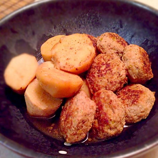 先程の副菜と一緒に今夜の晩ご飯σ^_^; メッチャ彩り悪くてo(`ω´ )o 味は中々美味しく出来たよo(^▽^)o  肉だんご煮物にすると、里芋が肉の旨みを吸って食べごたえのあるおかずになるよ〜( ´ ▽ ` )ノ 肉だんごは多めに作り☝️お弁当のおかずとしても便利だよ - 165件のもぐもぐ - 里芋と豚だんごの煮物 by whalersvill48
