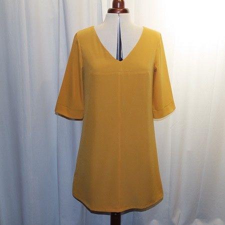 Robe trapèze en crêpe de polyester jaune  moutarde à manches 3/4 encolure en V