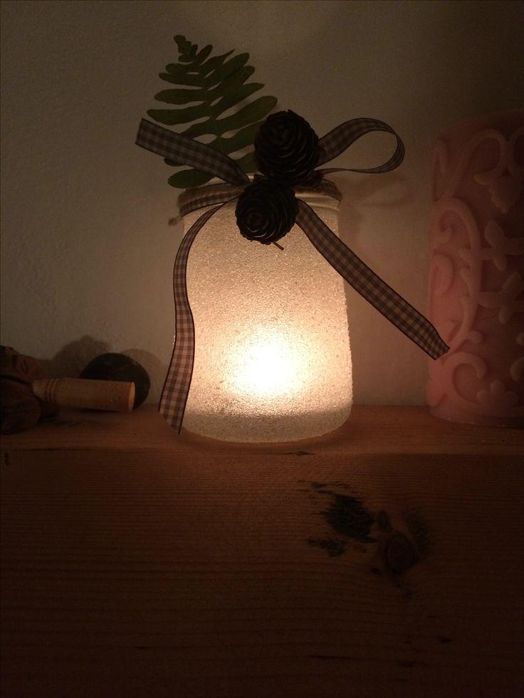 Portacandelina in vetro zuccherato illuminato.
