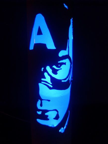 Luminária feita em pvc de 100mm e com 40 cm de altura.  Iluminada com 4 LEDs de Alto Brilho: Branco, Vermelho, Azul e Verde.  Possui 4 botões para acionamento independente de cada LED podendo criar novas cores. (branco, azul, verde, vermelho, cyan, magenta, laranja, rosa, verde claro, azul claro)  Funciona em qualquer entrada USB ou na tomada 110v ou 220v (com adaptador USB).