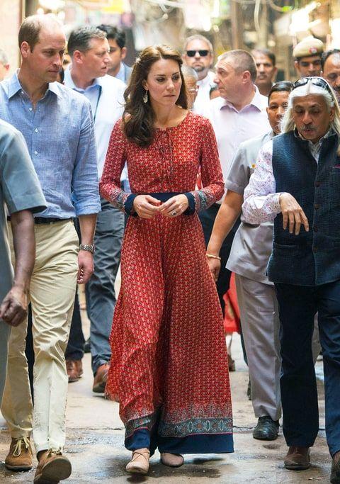 Kate Middleton wore a beautiful red maxi dress while in India and it cost only $77! - ESSA É UMA MULHER ELEGANTE E INTELIGENTE, POIS COM TÃO POUCO, APRESENTOU-SE LINDA. COMO NÃO ADMIRÁ-LA?
