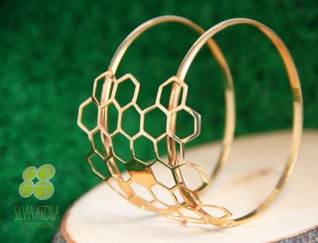 Brazalete No Rain, bronce con enchape de oro de @SilviaArdilaJoyeríaContemporánea  No Rain bracelet, gold-plated brass by @SilviaArdilaJoyeríaContemporánea