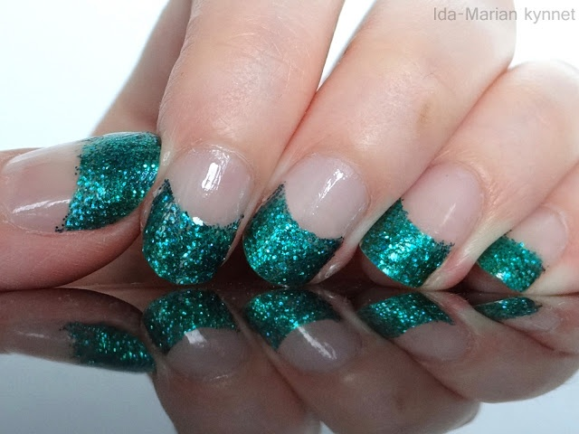 Ida-Marian kynnet / French manicure with bue/green glitter tips  / #Nails #Nailart