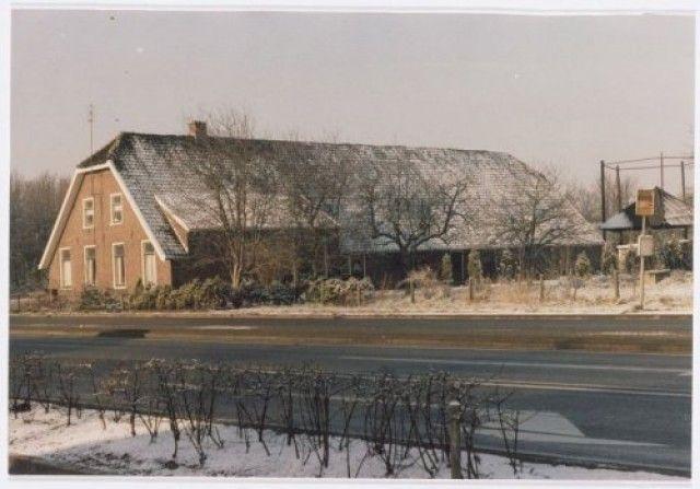Boerderij aan de Hogeweg 152. Achter de boerderij een hooiberg. Het gebouw lag direkt naast de oprit voor de A28 naar Hoevelaken. Sneeuwgezicht.