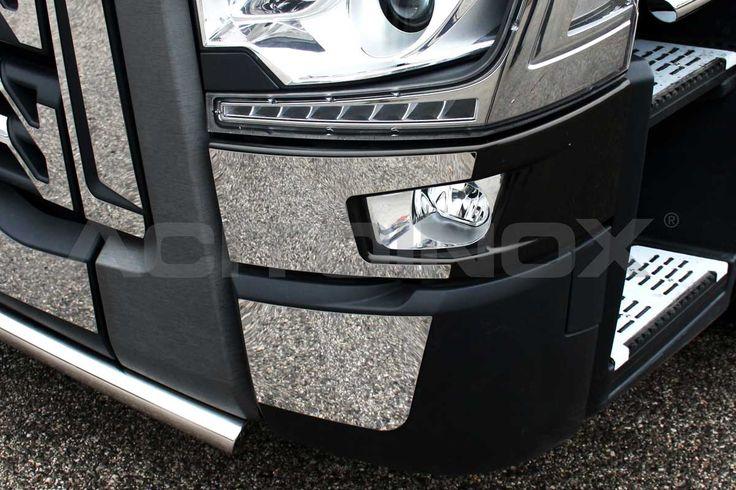Applicazione rivestimento fendinebbia in acciaio inox super mirror (aisi 304) per Renault T. Il kit comprende quattro pezzi (due lato destro e due lato sinistro) ed è compreso di bi-adesibvo per il fissaggio. Per una corretta applicazione segui le ISTRUZIONI DI MONTAGGIO.