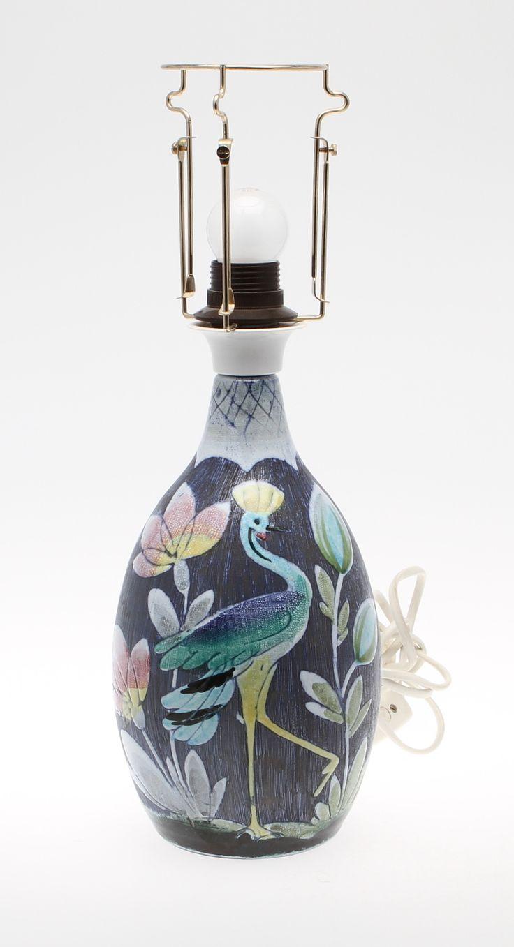 Stengods. Med dekor av fåglar och växter. Lampskärm i grönt tyg. Längd 51 cm, bredd 34 cm.
