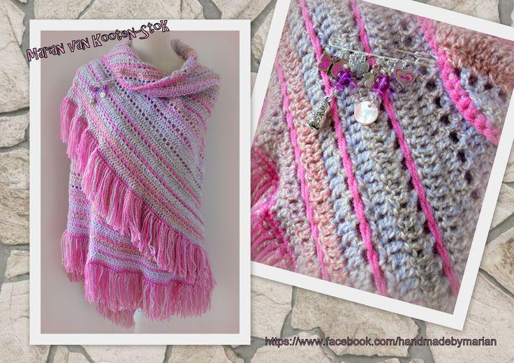 Ik heb de Penelope shawl gehaakt met franjes ipv de sierrand. Ik heb over een paar open randen van de sjaal een ketting van lossen gehaakt over de stokjes heen. Ik heb 5 bollen Bianca en 1 bol Royal gebruikt.  De sjaalspeld heb ik zelf gemaakt met kralen en bedeItjes. Ik heb een diagram gemaakt van de Penelope shawl en dat kan je hier vinden https://www.facebook.com/handmadebymarian