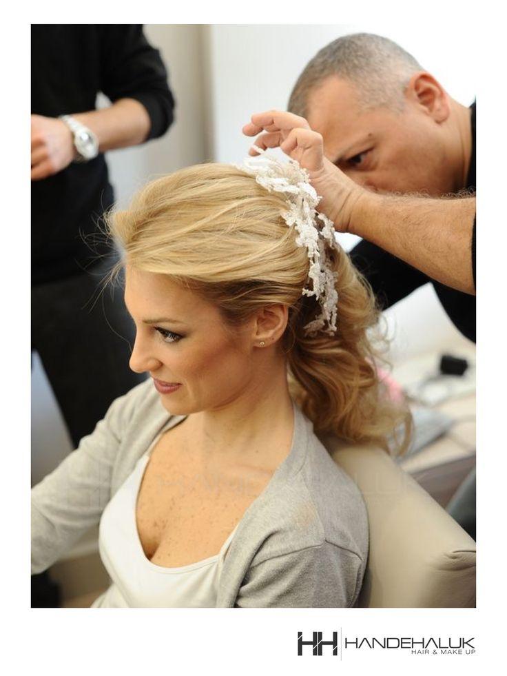 Geçtiğimiz senelerden bir #tbt, ustamız güzeller güzeli gelini hazırlarken…  #HandeHaluk #ulus #zorlucenter #HandeHalukbrides #bridehair #bridehairstyle #avedahairstylist #makeup #makeuplife #makeuplove #makyaj