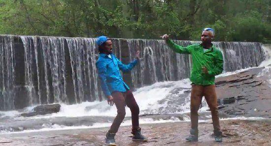 Дабстеп-танец у водопада