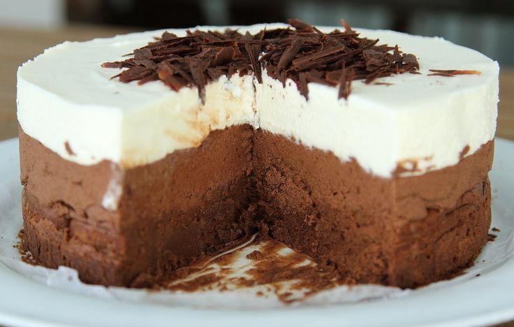 Μια πανεύκολη συνταγή με 4 μόνο υλικά για μια υπέροχη τούρτα τριπλής σοκολάτας. Μια τούρτα με σοκολάτες, κουβερτούρας, γάλακτος και λευκή σοκολάτα για τους