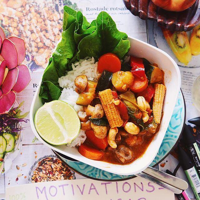 ❥ Curry close up 🌱🌶🍚 busenkelt recept om man ens får kalla det recept 🙊👉🏽 jag använde ICAs grytbas 'paneng curry' och sen blandade jag bara ned alla grönsaker jag ville ha ihop med lite extra tamarisoja, ingefära och cashewnötter. Så champinjoner, tomat, paprika, zucchini, morot, blomkål, sockerärtor, minimajs, babyspenat. Addera ris och mycket lime och något krispigt grönt och viola dinner is served ❁✦