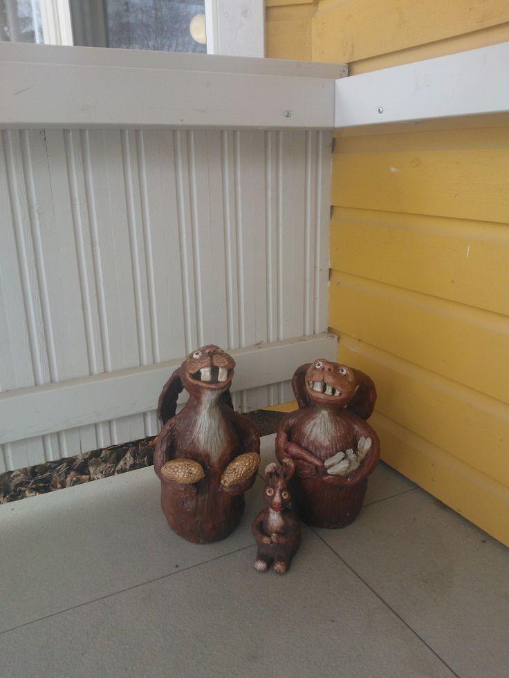 Taideteoksia Nikulan ulko-oven vierustalla.