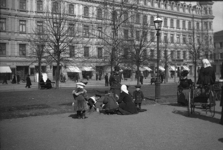 Lapsia Runebergin Esplanadilla. Kansallisgalleria, Hugo Simberg 1900
