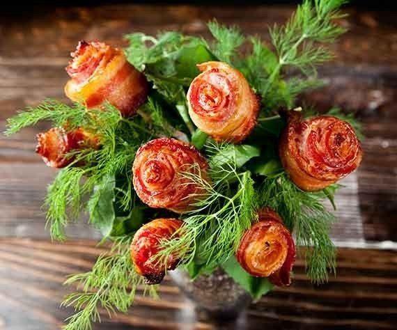 Konečne kytica aj pre chlapov! Dokonca zo slaniny, ktorú tak veľmi obľubujú, takže si na nej aj pochutnajú. Príprava je úplne jednoduchá a svojho chlapa tak môže potešiť a prekvapiť aj menej...