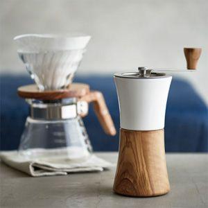 ハリオから新しく手動のコーヒーミルが登場しています。 『セラミックコーヒーミル・ウッド』、 最近人気のウッドシリーズです。 ホッパーがセラミック製になっていて、 粉受けがオリーブウッドに。 このコーヒ