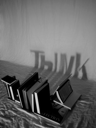 """E diga que esta sombra não é a alma dos """"bons"""" livros? Foto genial! Cheia de…"""