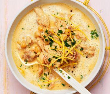 Den här spännande och smakrika kycklinggrytan med kikärter och smak av citron serveras med ris. Vissa har den i och med sambal oelek i såsen.