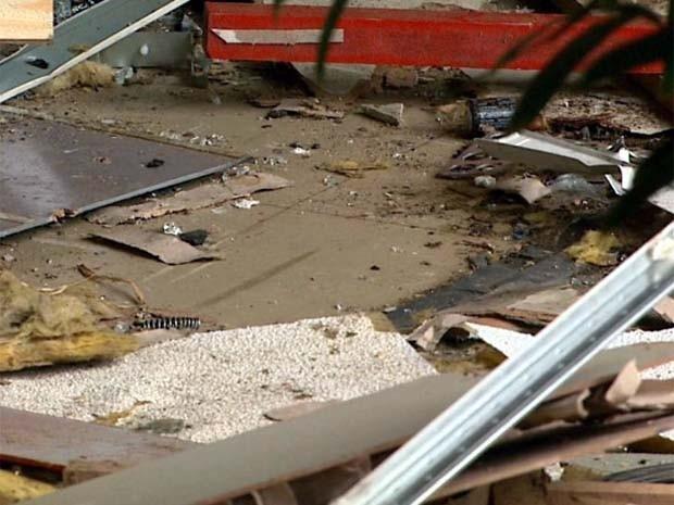 Quadrilha explode caixas eletrônicos e foge com dinheiro em Dobrada | Segundo a Polícia Militar, dois carros usados na ação foram encontrados. Suspeitos atiraram em imóvel vizinho à agência para assustar moradores. http://mmanchete.blogspot.com.br/2013/04/quadrilha-explode-caixas-eletronicos-e.html#.UVxcJ5M3uHg