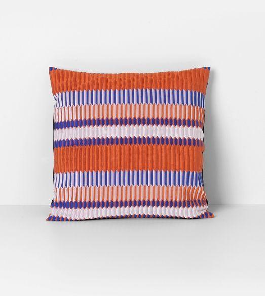 Ferm Living - Coussin carré aux lignes colorées dans une palette de couleurs estivales